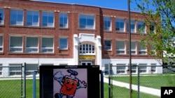 Sekolah Willow Creek di Willow Creek, Montana, dengan 56 siswa, menjadi salah satu dari sejumlah sekolah yang akan dibuka kembali setelah ditutup karena pandemi virus corona, 4 Mei 2020. (Foto: AP)