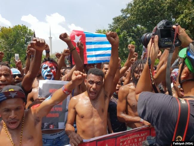 Mahasiswa Papua dari Jakarta, Tangerang dan Bogor menggelar unjuk rasa di depan istana presiden, Kamis, 22 Agustus 2019. (Foto: VOA/Fathiyah)