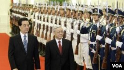 Presiden Tiongkok Hu Jintao (kiri) dan Sekjen Partai Komunis Vietnam Nguyen Phu Trong berjalan melintasi pasukan kehormatan di 'the Great Hall of People', Beijing (11/10).