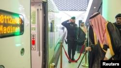 """Raja Saudi Salman bin Abdulaziz meninjau gerbong kereta """"Al-Haramain"""" usai meresmikannya hari Selasa (25/9)."""