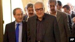 Utusan PBB dan Liga Arab untuk Suriah, Lakhdar Brahimi (kanan) bersama Wakil Menlu Suriah, Faisal Miqdad sebelum pembicaraan di Damaskus, Suriah (28/10).