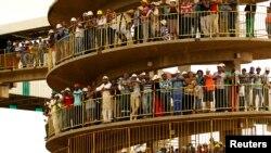 Para penambang berkabung atas tewasnya rekan mereka yang terjebak di bawah tanah, di tambang emas Harmony di Doornkop, dekat Johannesburg (6/2).
