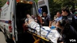 因纽约中央公园爆炸所受伤的男子被抬入救护车(2016年7月3日)