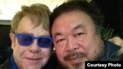 英国歌坛巨星艾尔顿.约翰与中国异议艺术家艾未未(艾未未推特图片)