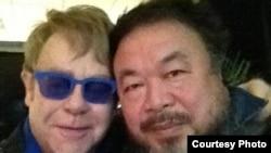 英國歌壇巨星艾頓莊與中國異議藝術家艾未未(艾未未推特圖片)