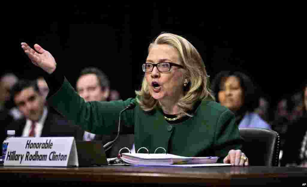 """Сенатський комітет слухає """"виправдання"""" Клінтон. Держсекретаря розпитують про нездатність попередити напад бойовиків на консульство США у Бенгазі, Лівія."""
