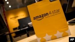 Sebuah tas belanja dengan logo empat bintang Amazon di toko baru di kawasan Sogo, Manhattan, Kamis, 27 September 2018. (Foto: AP)
