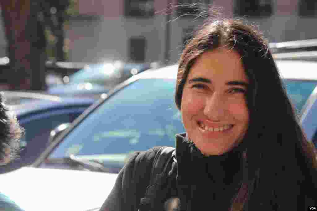 Con una gran sonrisa llegó Yoani Sánchez a la Voz de América, el miércoles 20 de marzo, 2013.