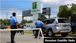 Agentes policiales retienen y fotgrafían al periodista y opositor Miguel Mora al salir de un evento en un hotel en Managua. [Foto: Miguel Bravo, VOA]