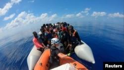 Para migran tampak di kapal Louise Michel yang beroperasi di Laut Tengah dan didanai oleh seniman Inggris, Banksy, Sabtu, 29 Agustus 2020. (MV Louise Michel/via Reuters)