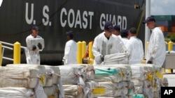 美國海岸警衛隊員正在卸載從洪都拉斯加勒比海沿岸截獲的大約7.5噸可卡因 (2011年8月2日)