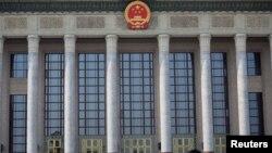 ຜູ້ຊາຍຄົນນຶ່ງ ທີ່ໃສ່ໜ້າກາກ ຍ່າງຜ່ານຫໍສາລາປະຊາຊົນ ໃນຂະນະທີ່ຈີນ ພວມໄດ້ຮັບຜົນກະທົບ ຈາກການລະບາດ ຂອງໄວຣັສໂຄໂຣນາສາຍພັນໃໝ່ ວັນທີ 19 ກຸມພາ 2020. REUTERS/Tingshu Wang