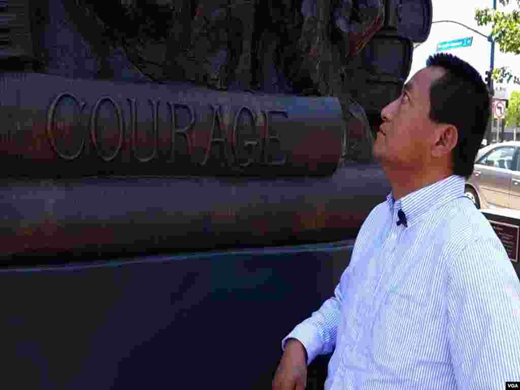 方政在代表勇气的坦克青年塑像旁留影(美国之音国符拍摄)