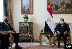 El secretario de Estado de Estados Unidos, Antony Blinken, a la izquierda, se reúne con el presidente de Egipto, Abdel-Fattah el-Sissi, en el Palacio Presidencial de Heliópolis el 26 de mayo de 2021.