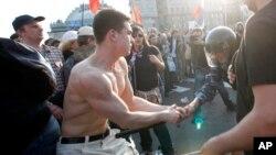 Денис Луцкевич, (слева). Архивное фото. Москва, 6 мая 2012г.