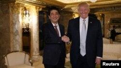 지난달 17일 미국을 방문한 아베 신조 일본 총리(왼쪽)가 뉴욕 트럼프타워에서 도널드 트럼프 미 대통령 당선인과 회담했다.