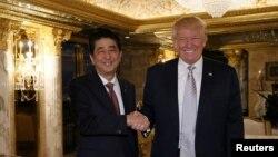 17일 미국을 방문한 아베 신조 일본 총리(왼쪽)가 뉴욕 트럼프타워에서 도널드 트럼프 미 대통령 당선인과 회담했다.