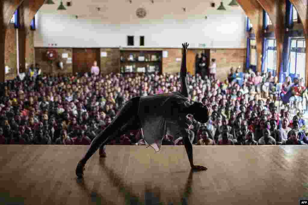 رقصنده ارشد باله جوبورگ، کيتی فتلا، در برابر تماشاگران در ژوهانسورگ (آفريقای جنوبی) به اجرای تکی میپردازد.