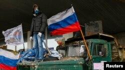 عکس آرشیوی - یکی از معترضان طرفدار روسیه در دونتسک، شرق اوکراین