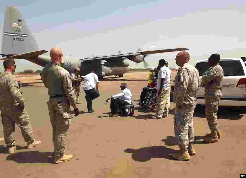 گزشتہ ہفتہ کو لوگوں کے انخلا کے لیے بھیجے گئے ایک امریکی طیارے پر نامعلوم مسلح افراد کی فائرنگ سے چار امریکی اہلکار زخمی ہو گئے تھے۔