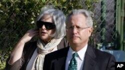 ایلن گروس کی اہلیہ ایک امریکی وکیل کے ہمراہ عدالت آرہی ہیں