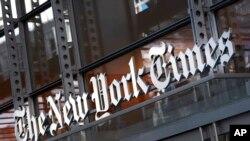 En esta imagen del jueves 6 de mayo de 2021, un cartel del New York Times se ve en la fachada de su edificio en Nueva York.