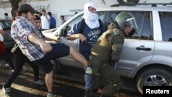Un manifestante patea a un policía cuando trataba de arrestar a otra persona