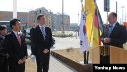 독일 작센주 드레스덴 시에 조성된 시민공원이 '한국광장'(Koreanischer Platz)으로 이름 붙여졌다. 지난 23일 디르크 힐베르트 드레스덴 부시장이 명명 기념식에서 기념사를 하고 있다.
