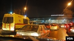 Mobil-mobil terlihat di depan bandara Domodedovo di Moskow, Senin (1/24).