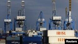 Tumpukan peti kemas yang kosong dan tidak digunakan milik Iran (IRISL Group) terlihat di Malta Freeport, Valetta (Foto: dok).