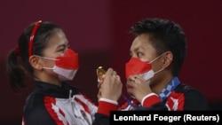 Peraih medali emas ganda putri bulu tangkis Olimpiade Tokyo 2020, Greysia Polii dari Indonesia dan Apriyani Rahayu.(Foto: REUTERS/Leonhard Foeger)