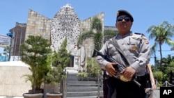 一名印尼警察在2002年巴厘岛爆炸袭击纪念馆前站岗。 (2016年1月15日)