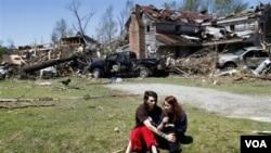 Nathaniel Ramey ofrece apoyo a Megan Hurst, después de que un toprnado destruyera la casa de su abuela en Askewville, Carolina del Norte.