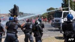 La police utilise un canon à eau lors d'une manifestation près du lycée Brackenfell, où une soirée dansante de fin d'année réservée aux Blancs aurait été organisée le mois dernier, au Cap, le 20 novembre 2020.
