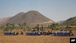 上周一,緬甸警察擺好陣勢以應對集會抗議銅礦徵地擴建的示威者。