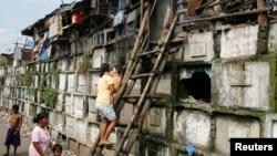 Sejumlah warga miskin di Manila yang tinggal di dalam pemakaman. (Foto: Dok)