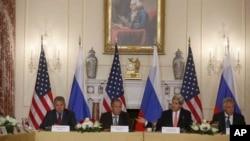 左起: 俄罗斯国防部长谢尔盖·绍伊古,俄罗斯外长拉夫罗夫, 国务卿约翰·克里, 国防部长哈格尔2013年8月9日在华盛顿的美国国务院