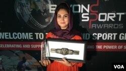 بانو ابوالفضل می گوید، این جایزه به تمام زنان و دختران افغانستان که زمانی قادر به بلند کردن صدای شان نبودند تعلق دارد