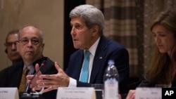존 케리 미국 국무장관(가운데)이 지난 9월 뉴욕에서 열린 미·한·일 3국 외교장관 회담에서 발언하고 있다. 대니얼 러셀 국무부 동아시아태평양 담당 차관보(왼쪽)와 사만다 파워 유엔 주재 미국대사가 배석했다.