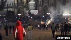 难民在火车站广场上专往人群里放火箭爆竹的视频截图