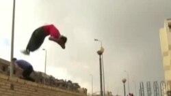 埃及年轻人违法聚众参与极限运动