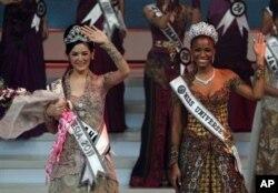 A nova Miss Indonesia 2011 Maria Selena (esq.) com Miss Universo, Leila Lopes, após a coroação.