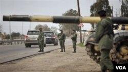 Soldados y tanque de la fuerza libia de elite, la brigada Khamis, liderada por el hijo menor de Gadhafi, Khamis Gadhafi, en Harshan, a 10 kilómetros de Zawiya.