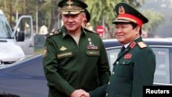 Bộ trưởng Quốc phòng Nga Sergei Shoigu bắt tay Bộ trưởng Quốc phòng Việt Nam Ngô Xuân Lịch tại Hà Nội ngày 23/1/2018.