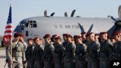 Binh sĩ Lữ Đoàn dù 173 của Mỹ tại Căn cứ Không quân Siauliai, Lithuania.