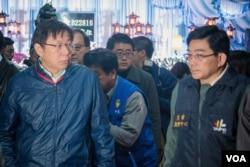 台北市长柯文哲到灵堂祭奠受难者。(美国之音记者方正拍摄)