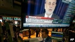 Konferencija za novinare Bena Bernankija, predsednika američkih Federalnih rezervi, na jednom od televizora na njujorkoj berzi