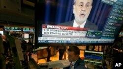 지난 18일 미국 뉴욕 증권거래소 모니터에 밴 버냉키 연준 의장에 관한 뉴스 화면이 비치고 있다.