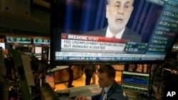 Chủ tịch Fed Ben Bernanke màn hình tại Sàn giao dịch chứng khoán ở New York, ngày 18/12/2013. Vào lúc sắp hết năm 2013, số người đi tìm việc tăng lên ở Hoa Kỳ, nền kinh tế tăng trưởng ở mức nhanh nhất trong 2 năm và Quốc Hội đã có một ngân sách mới.