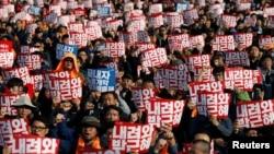 Demonstran menuntut Presiden Korea Selatan Park Geun-hye mengundurkan diri di tengah kota Seoul, Korea Selatan, 12 November 2016.